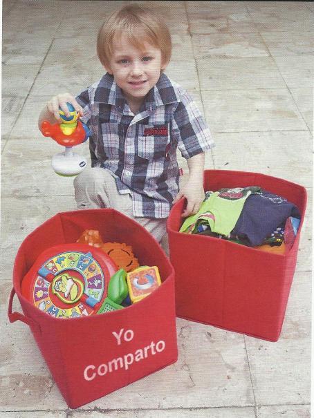 mi hijo mayor recolectando su ropa y sus juguetes
