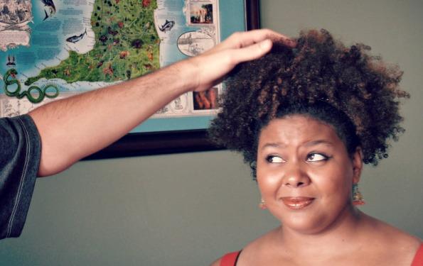 tocar el pelo